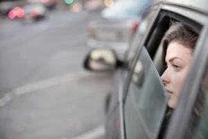 Olhando na janela do Carro - Foto Andrea Piacquadio, Pexels