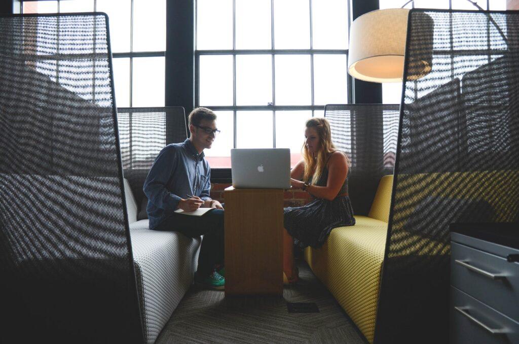 Agente de Intercâmbio e estudante planejando a viagem - Startup Stock Photos no Pexels